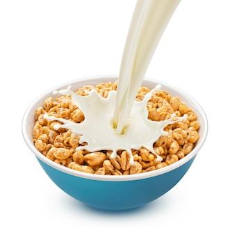 흰색 배경에 고립 된 우유 스플래시와 부푼 밀
