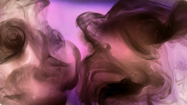 ピンクのカラフルな背景、抽象的な背景に暗い煙を吹きます。情熱と愛のコンセプト、エロティックなフェロモン香水、ダンスペイントクラウド、官能的でセクシー