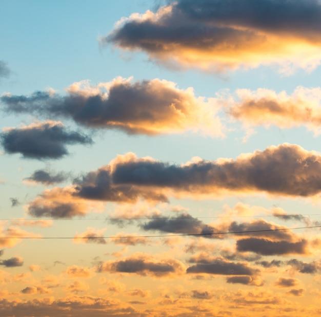 Пухлые и красочные облака заката
