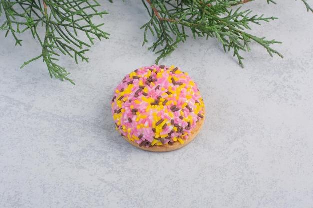 회색 바탕에 스프링클러와 푹신한 쿠키입니다. 고품질 사진 무료 사진