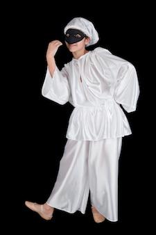 Pulcinella, maschera tradizionale napoletana su parete nera