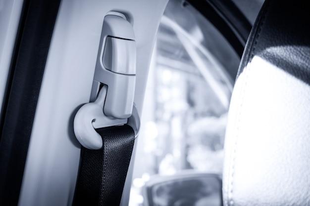 Натяните ремень безопасности в салоне автомобиля