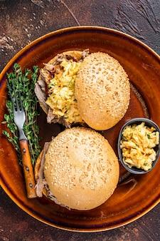 양배추 샐러드를 곁들인 풀드 돼지 고기 햄버거