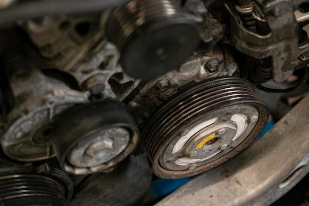 車のエンジンのプーリー3