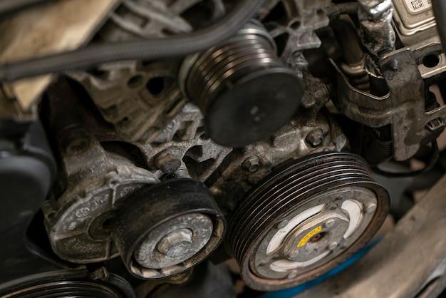 車のエンジンのプーリー4