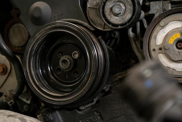 車のエンジンのプーリー5