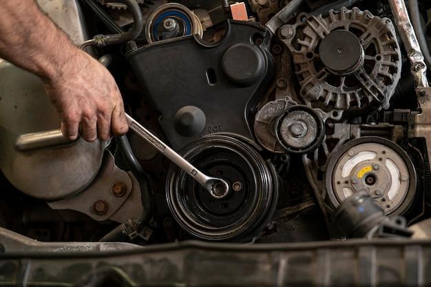 車のエンジンのプーリー6