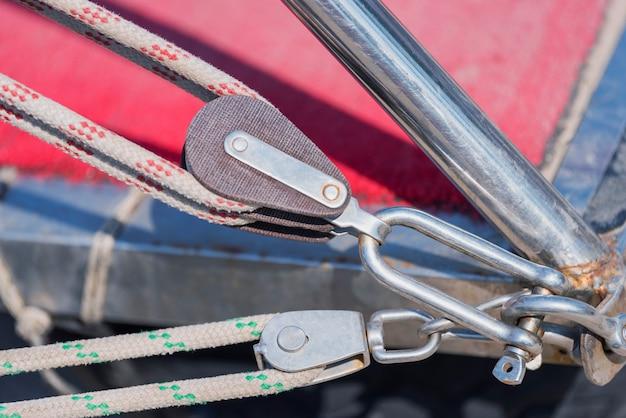 古典的な帆船のロープが付いている滑車