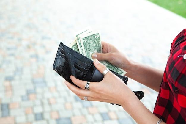 거리에서 지갑에서 돈을 꺼내