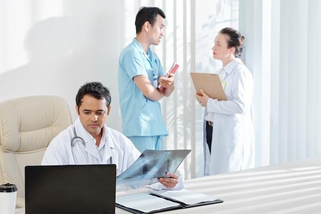 肺科医が肺のx線を調べる