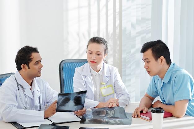 同僚と話す呼吸器科医