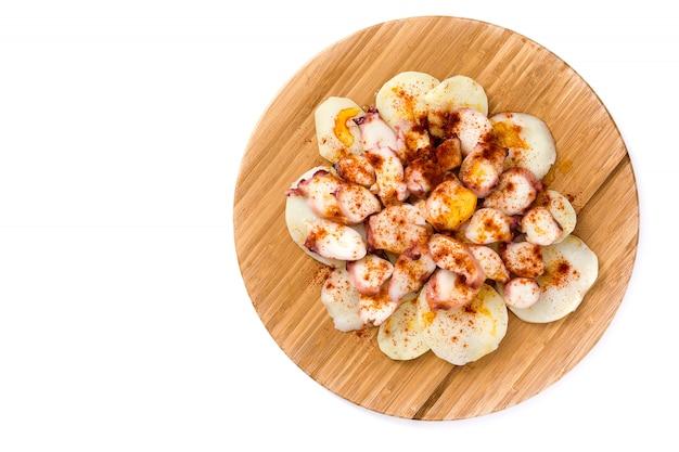Pulpo a la gallega. 갈리시아어 문 어 흰색 절연 전형적인 스페인 음식