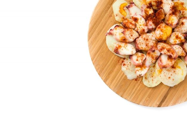 Pulpo a la gallega. галисийский осьминог на белом типичная испанская еда