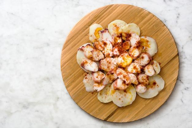 Pulpo 흰색 대리석에 라 갈레가 갈리시아어 문어 전형적인 스페인 음식
