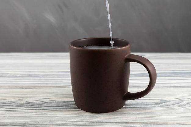 점토 머그에서 펄크 또는 펄크. maguey (agave) 식물의 발효 수액으로 만든 전통적인 멕시코 음료.