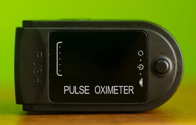 펄스 옥시미터, 오프 위치, 얕은 초점에서 혈액 및 심박수의 산소 포화도를 확인합니다.