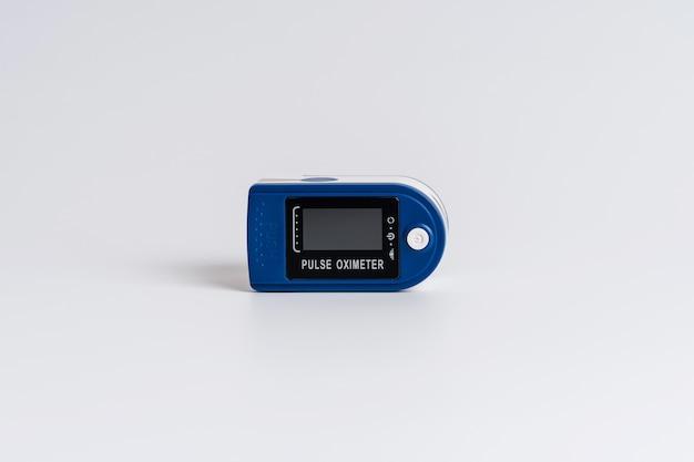 白い背景のパルスオキシメータ。健康状態、脈拍、血液中の酸素量を診断するための装置。