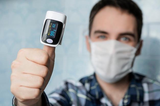 손가락에 맥박 산소 농도계는 폐의 바이러스 감염의 경우 혈액 산소 수준을 테스트하는 좋은 방법입니다. 높은 포화 지수, 건강한 청년. 그것은 모든 것이 괜찮다는 것을 보여줍니다.