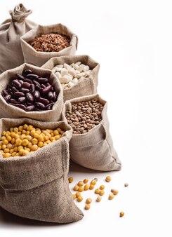 흰색 가방에 펄스, 콩과 곡물.