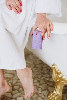 욕실에서 발을 위한 부석