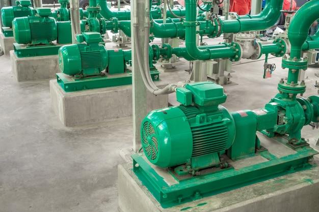 工業地帯の給水用ポンプと鋼鉄パイプライン