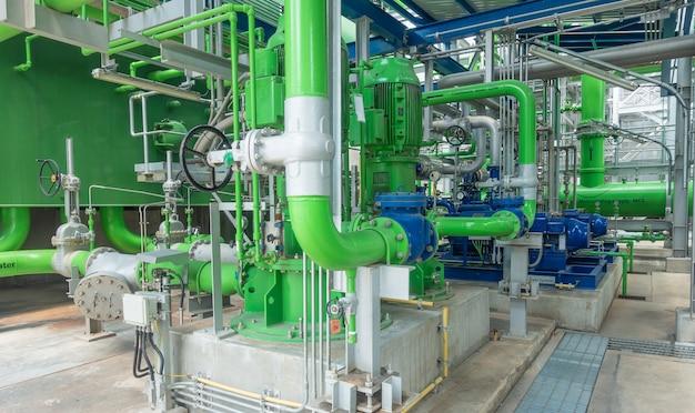 Насосные и стальные трубопроводы градирни на электростанции