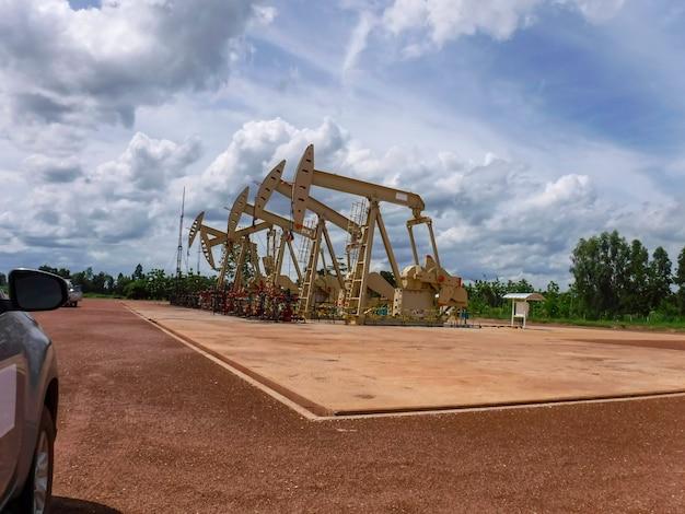 Насосный домкрат начинает ход подъема, чтобы вывести сырую нефть из добывающей нефтяной скважины.