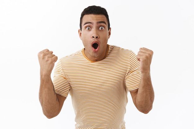 テレビで激しいボクシングの試合を見ているポンプで楽しまれている若い男性アスリート