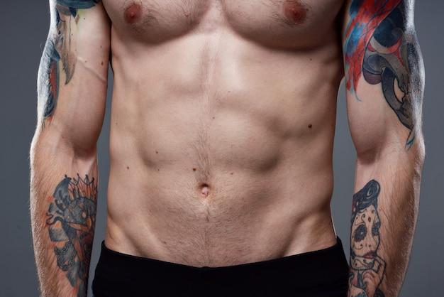 腕をトリミングしたワークアウトフィットネスのビューにプレスタトゥーを入れました Premium写真
