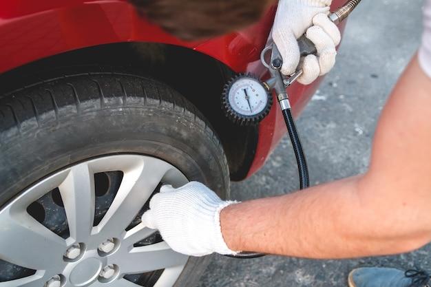 주유소에서 자동차 타이어 펌핑