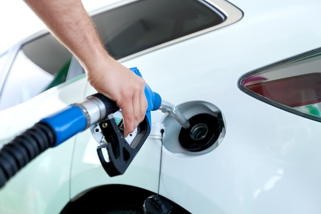 Перекачка газа на газовом насосе. крупный план человека перекачки бензина в машине на азс.