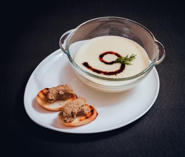 어두운 테이블에 크림과 파 슬 리와 호박과 당근 수프