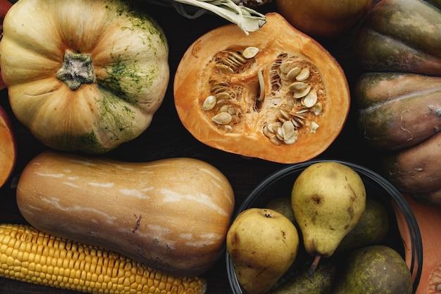 Осенний урожай тыквы и груш на деревянном столе