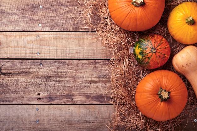 호박. 소박한 배경에 계피, 견과류, 계절 향신료가 있는 가을 음식 배경. 추수감사절과 가을 방학을 위해 호박이나 사과 파이와 쿠키를 요리하세요. 복사 공간이 있는 상위 뷰입니다.