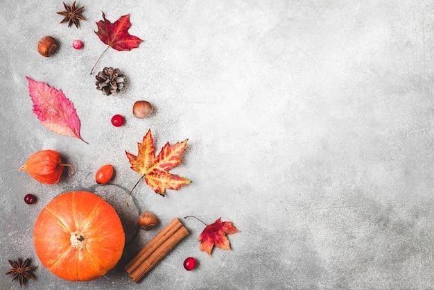 Тыква, осенние листья, цветы, ягоды и орехи