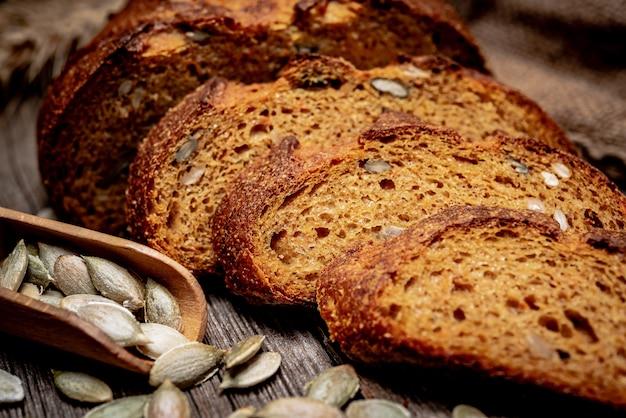 Тыквенный хлеб. свежеиспеченный традиционный хлеб на деревянный стол