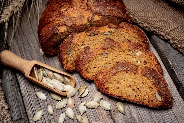 Тыквенный хлеб. свежеиспеченный традиционный хлеб на деревянный стол.