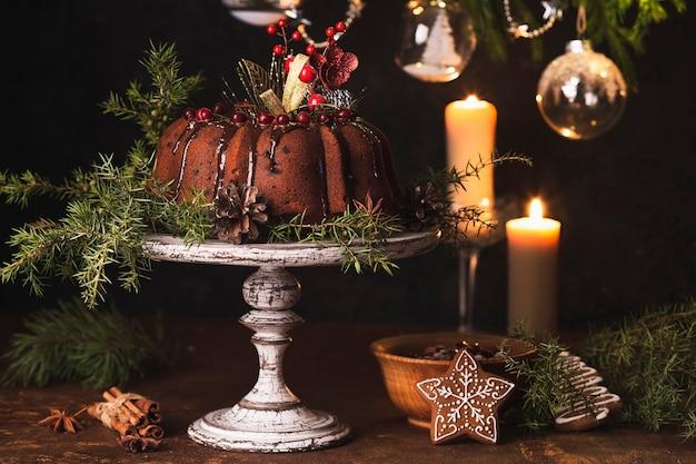 素朴な背景にチョコレート釉薬とカボチャのバントケーキ