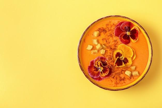 カボチャ/サフランと食用花のパンジー入りキャロットスープ