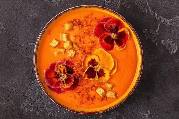 Тыквенно-морковный суп с шафраном и съедобными цветами анютины глазки