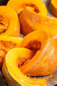 新鮮な収穫の健康食品ミックス野菜新鮮な部分の食事スナックを焼くためのカボチャの塊