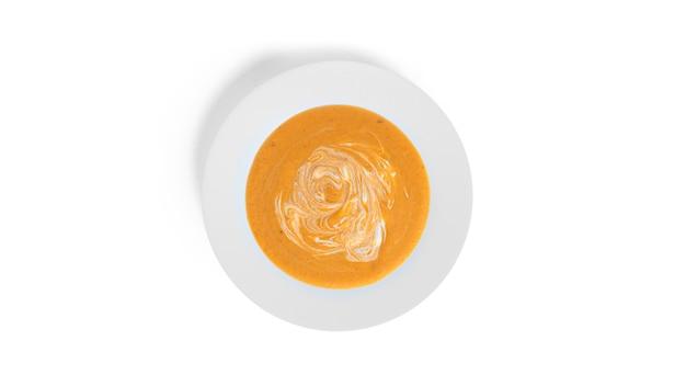 白で分離されたカボチャのクリームスープ