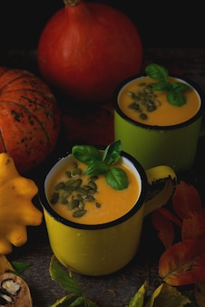Тыквенный крем-суп с тыквенными семечками в кружке