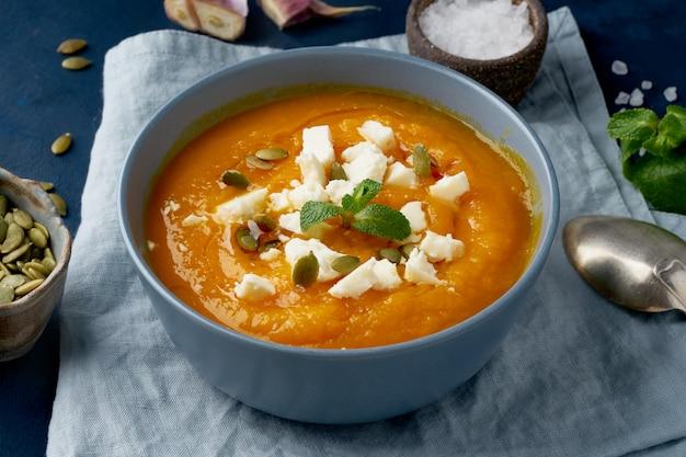Тыквенный крем-суп с овечьим сыром, осенняя домашняя еда
