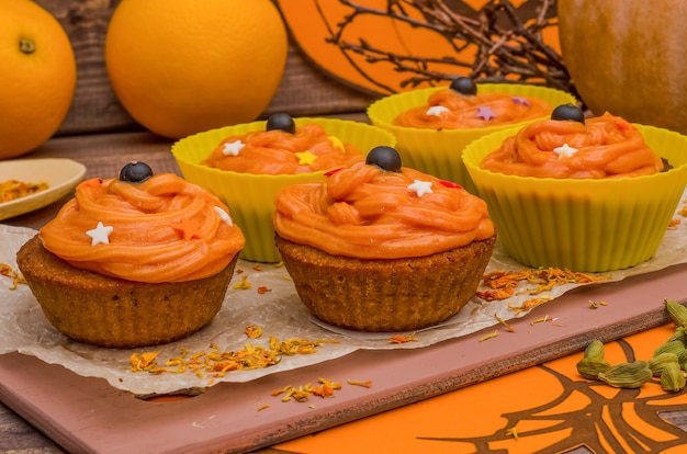 ハロウィーンのオレンジクリームとカボチャのカップケーキ。お菓子作り、焼き菓子のアイデア。