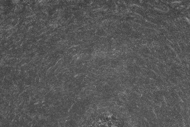 호박은 펄프의 질감으로 반으로 자른다. 호박 조각 배경을 닫고, 위쪽을 봅니다. 검정색과 흰색