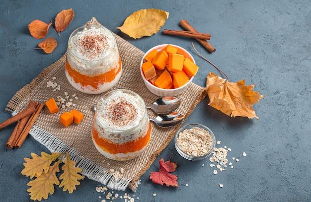 ダークサイアムの背景にクリームとシリアルのパンプキンデザート秋のデザート