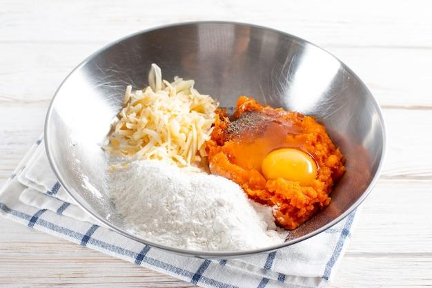 かぼちゃのニョッキを作るためのかぼちゃ生地。ステップバイステップ。調理