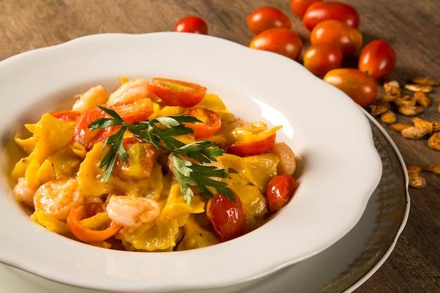 Фарфалле из тыквы с креветками и помидорами черри
