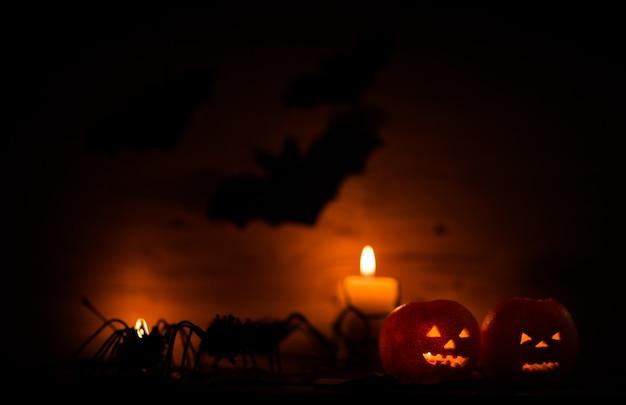 할로윈 호박과 어두운 나무 배경에 촛불. 복사 공간이 있는 사진